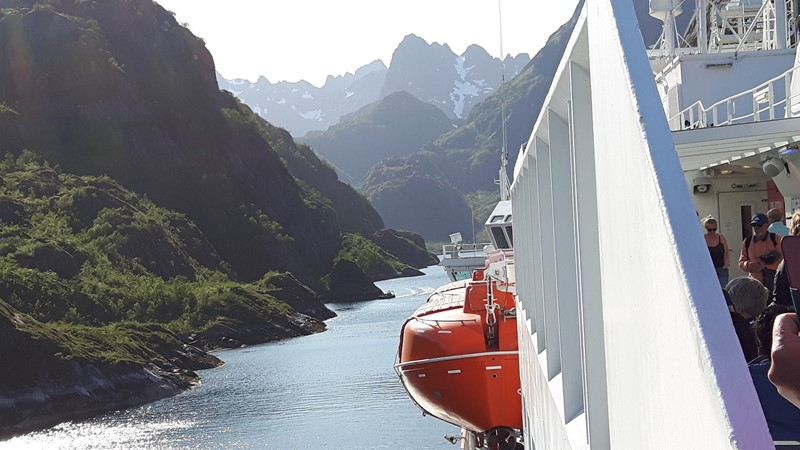 Inn Trollfjorden. Her var det trangt.