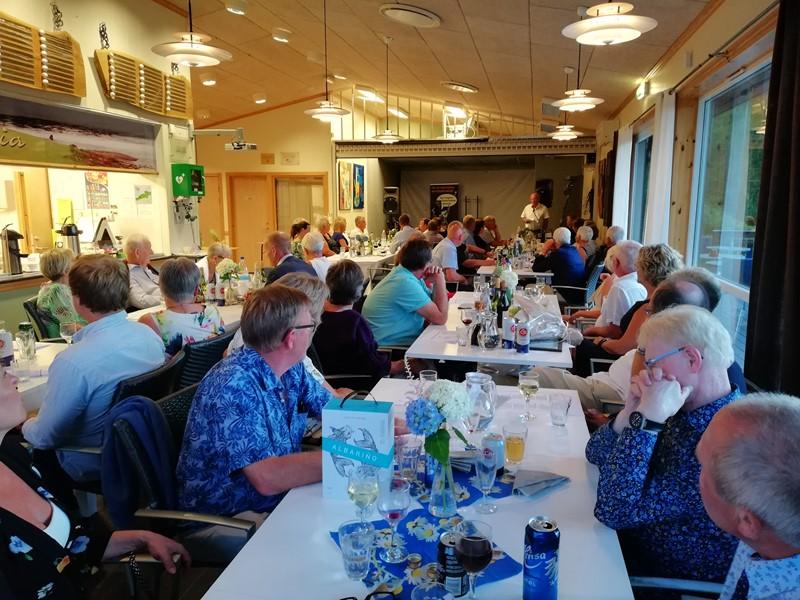 Klubbens første formann Kåre Birkeland taler til forsamlingen