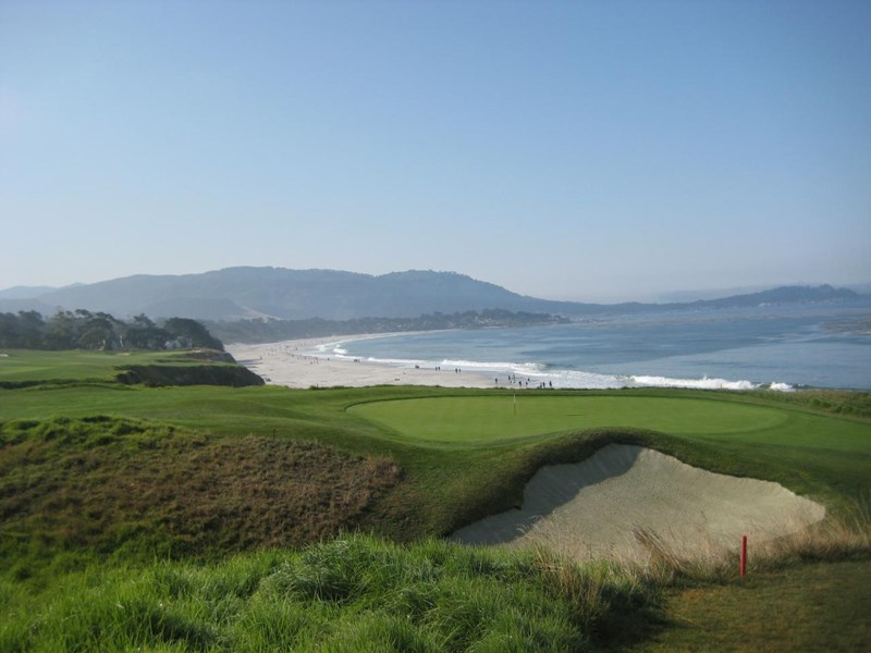 Greenen på hull # 9 med Carmel- by- the- sea i bakgrunnen