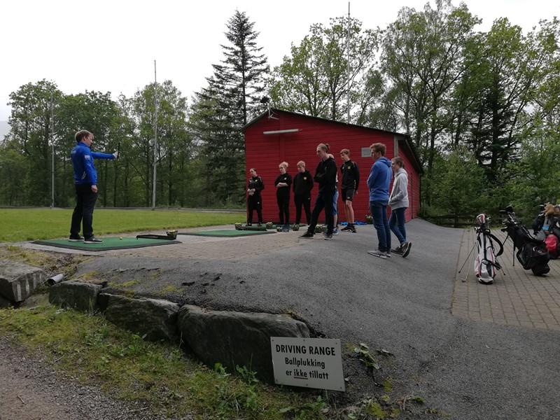 Espen gir kyndige råd om grep og basic golfsving (foto: Alf S)