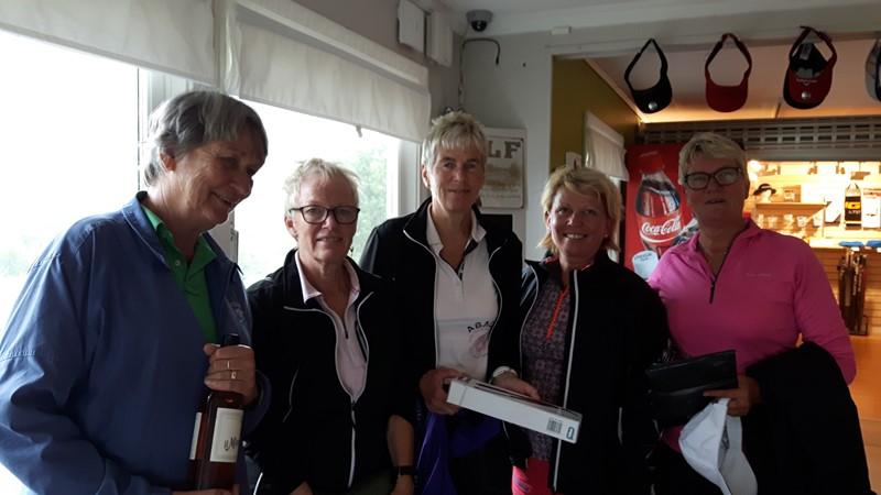 Tunne, Wenche, Britt, Paula, Elisabeth og Anne Grethe M  stilte fra Mandal. Anne Grethe var gått da bilde ble tatt.