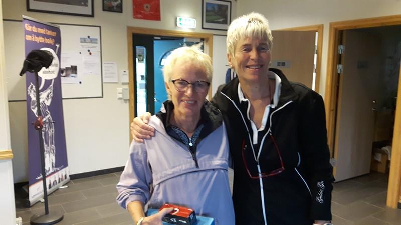 Wenche Rinden kom nærmest pinnen. Her sammen med Britt Andersen som delte ut premiene.