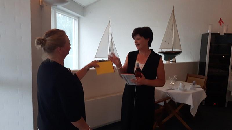 Turid får velfortjent gave av en dansktalende Mirjam.