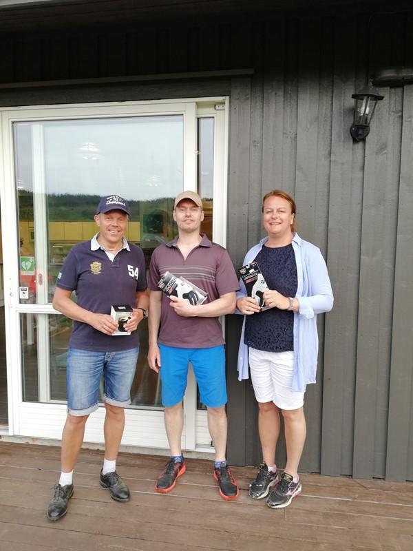 Tre glade golfere på pallen. Vinner Arvid Heddeland flankert av Else Hege Ekornrød og Morten Hals Johannessen på delt andreplass