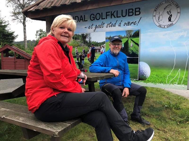Turid Røksland og Svein Arne Bårdsen slappar av etter endt dyst og finalesiger til Turid. (foto k lavik)