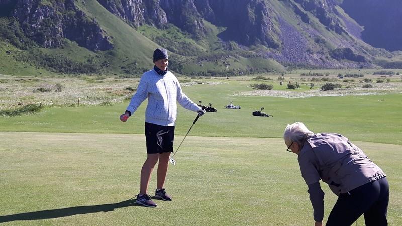 Bleik golfbane. Legg merke til trallene som ligger strødd. Mye vind.