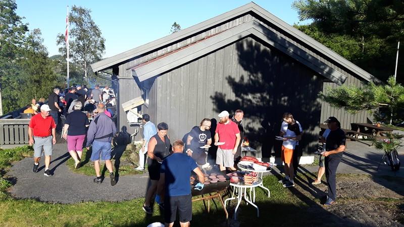 Mange var samlet på verandaen til grillmat og premieutdeling
