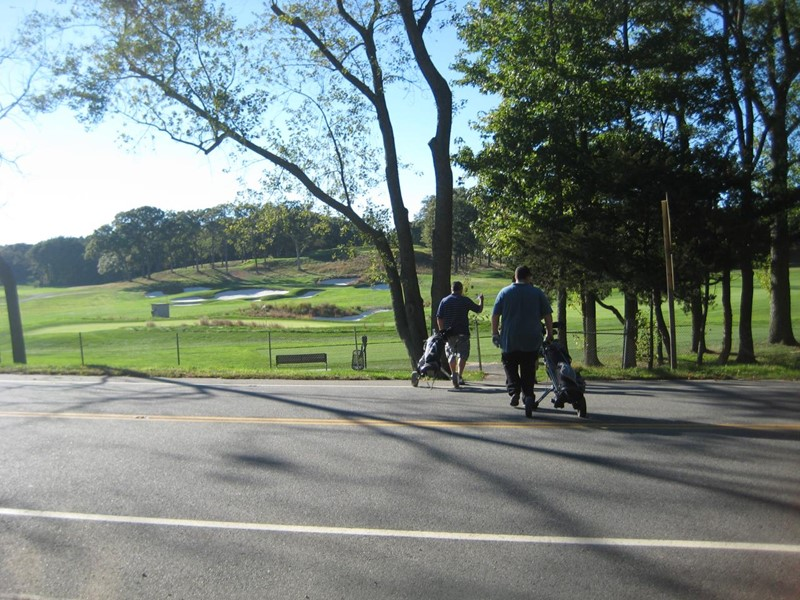 Krysser vei fra hull 14 til 15 Bethpage, Black Course