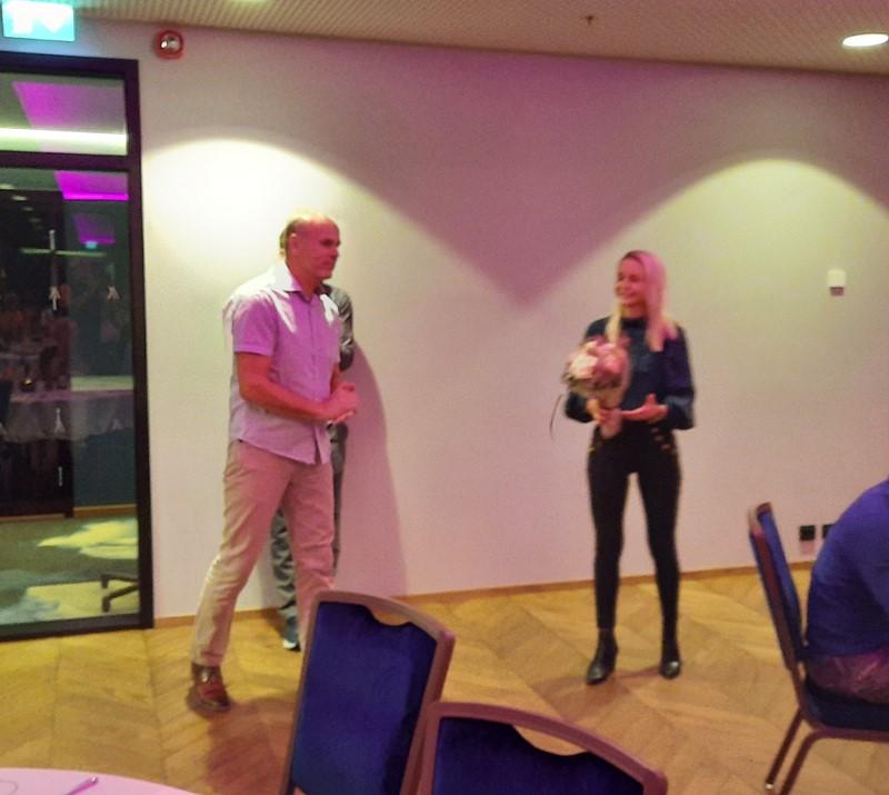 Lotte Fredriksen fikk blomster av Mandal golfklubb som takk for det gode samarbeidet.